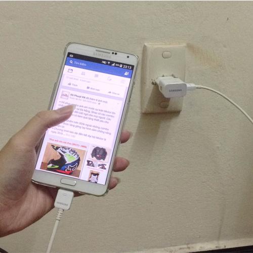 Chiếc điện thoại di động trở nên tàn tạ là do bạn vừa sạc vừa sử dụng