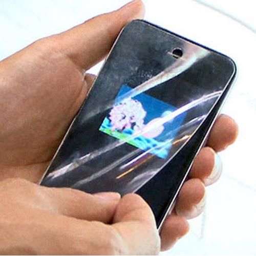 Dùng tấm dán bảo vệ cho chiếc điện thoại di động