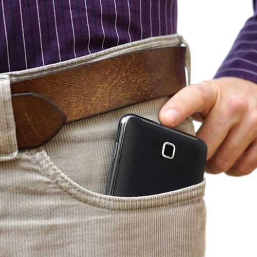 Không nên cất điện thoại ở trong túi quần