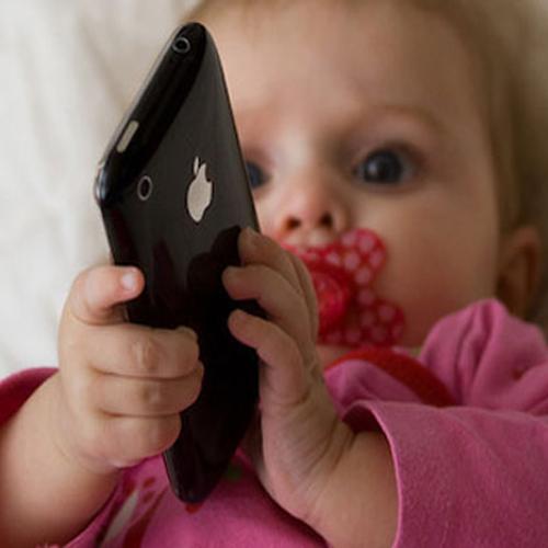 Mẹ dùng điện thoại di động nhưng lại gây hại cho con