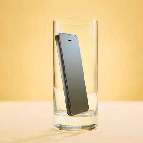 Để điện thoại trong ly thủy tinhđể tăng âm lượng