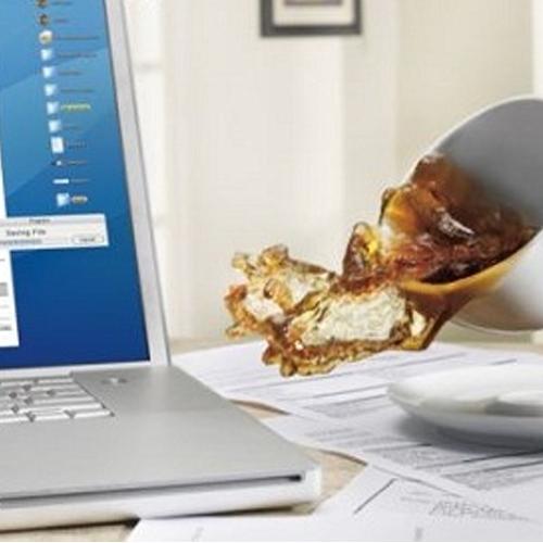 Không nên ăn uống gần laptop
