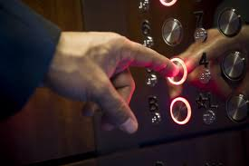 Điện thoại cố định Viettel trong thang máy được nhiều người sử dụng