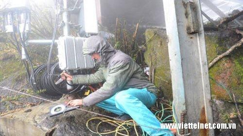 Kỹ thuật viên Viettel dầm mình trong sương và các điều kiện khắc nghiệt để phủ sóng 4G trên đỉnh Phan - xi - păng