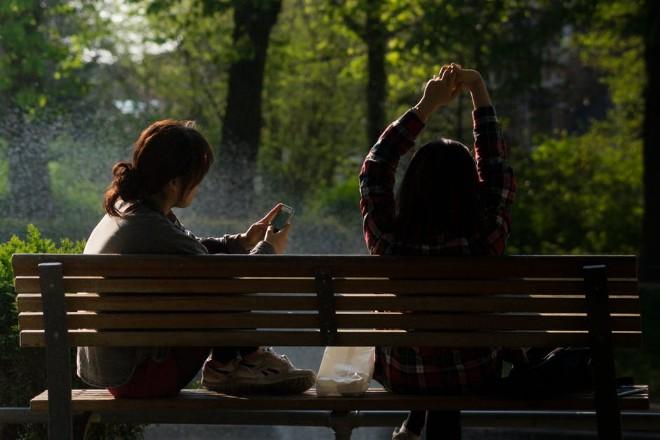 Tránh sử dụng điện thoại dưới ánh nắng mặt trời