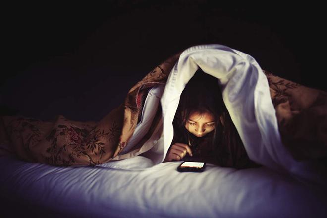 Sử dụng thiết bị điện tử như điện thoại trước khi ngủ là thói quen nên tránh