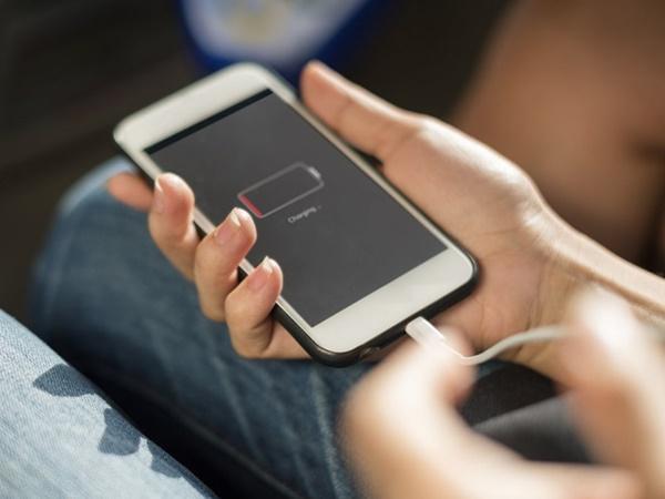 Không để điện thoại trong tình trạng hết pin kéo dài