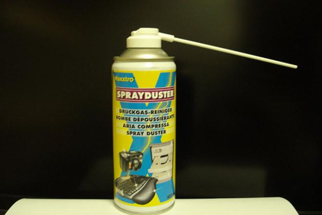 Sử dụng bình khí nén, cắm vào lỗ thông hơi làm mát của máy tính và cho chúng một vài luồng khí nhẹ